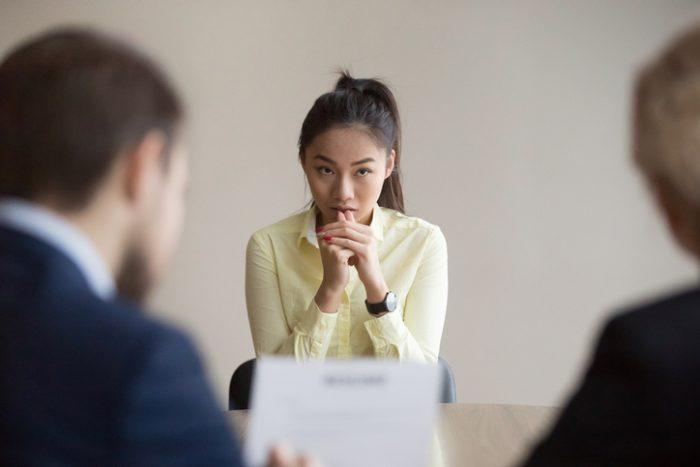 Image d'une candidate stressée à cause d'une question d'entrevue